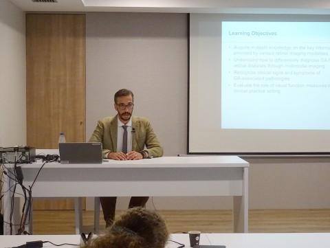 Dr. Roberto Gallego en un momento de la intervención de la charla-simposio