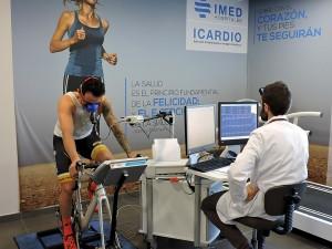 Héctor Barberá realizando la prueba de esfuerzo en la bicicleta bajo la supervisión del Dr. Óscar Fabregat